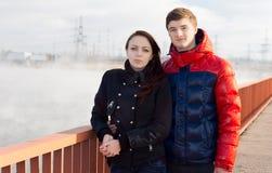 Pares jovenes atractivos que se colocan en una 'promenade' Fotos de archivo libres de regalías