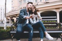 Pares jovenes atractivos una fecha en un parque Imágenes de archivo libres de regalías