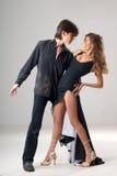 Pares jovenes cariñosos de baile Foto de archivo libre de regalías