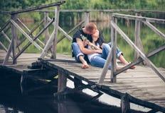 Pares jovenes cariñosos en parque Imágenes de archivo libres de regalías