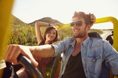 Pares jovenes cariñosos en viaje por carretera Fotografía de archivo