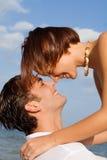 Pares jovenes cariñosos felices Imagen de archivo libre de regalías
