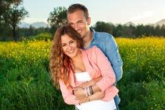 Pares jovenes cariñosos hermosos en amor Fotografía de archivo libre de regalías