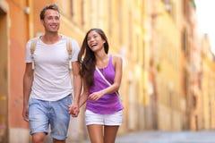 Pares jovenes casuales que celebran caminar de las manos Fotografía de archivo libre de regalías