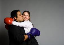 Pares jovenes con besarse de los guantes de boxeo Foto de archivo