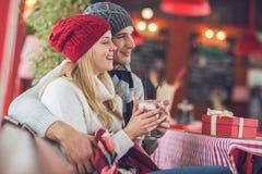 Pares jovenes con café Fotografía de archivo libre de regalías