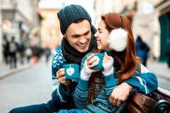 Pares jovenes con café en invierno afuera Fotografía de archivo