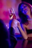 Pares jovenes con champán Imagen de archivo libre de regalías