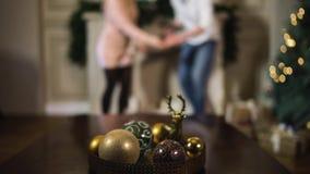 Pares jovenes con el árbol de Navidad enmascarado metrajes