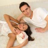 Pares jovenes con el bebé recién nacido imagenes de archivo