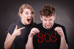 Pares jovenes con el corazón quebrado y la palabra el SOS imagen de archivo