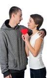 Pares jovenes con el corazón rojo Imagen de archivo libre de regalías