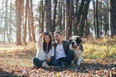 Pares jovenes con el perro fotografía de archivo libre de regalías