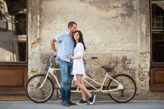 Pares jovenes con la bicicleta en tándem retra en la ciudad de la calle Imagenes de archivo