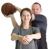 Pares jovenes con la bola del baloncesto Fotos de archivo libres de regalías