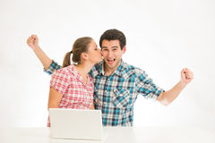 Pares jovenes con la computadora portátil Fotos de archivo