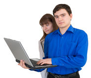 Pares jovenes con la computadora portátil Fotografía de archivo