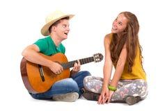 Pares jovenes con la guitarra Fotografía de archivo libre de regalías