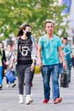 Pares jovenes con la mascarilla en el área de Xidan, Pekín, China Imágenes de archivo libres de regalías