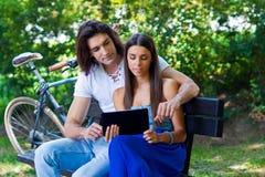 Pares jovenes con la tableta Fotos de archivo