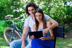 Pares jovenes con la tableta Fotografía de archivo