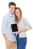 Pares jovenes con la tablilla digital Fotografía de archivo