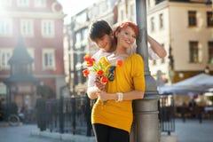 Pares jovenes con las flores Imágenes de archivo libres de regalías