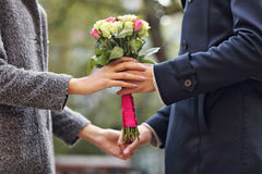 Pares jovenes con las flores fotografía de archivo libre de regalías