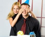 Pares jovenes con los regalos Imagen de archivo libre de regalías