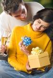 Pares jovenes con los regalos Foto de archivo libre de regalías