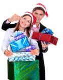 Pares jovenes con los regalos en la Navidad Imágenes de archivo libres de regalías