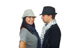 Pares jovenes con los sombreros y las bufandas Foto de archivo