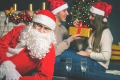 Pares jovenes con Papá Noel que celebra el Año Nuevo 2017, la Navidad Fotografía de archivo libre de regalías