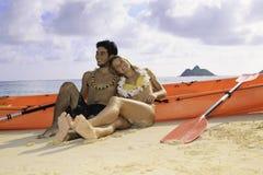 Pares jovenes con su kajak Fotografía de archivo libre de regalías