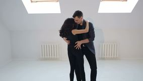 Pares jovenes de baile en un fondo blanco Bailarines apasionados de la salsa metrajes