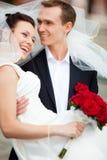 Pares jovenes de la boda fotos de archivo