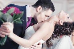 Pares jovenes de la boda Imagenes de archivo