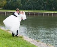 Pares jovenes de la boda Foto de archivo libre de regalías