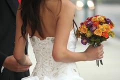 Pares jovenes de la boda al aire libre Imágenes de archivo libres de regalías