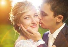 Pares jovenes de la boda en prado del verano foto de archivo libre de regalías