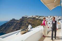 Pares jovenes de la boda en Santorini Imagen de archivo