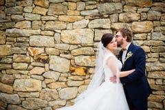 Pares jovenes de la boda en su día de boda Fotos de archivo