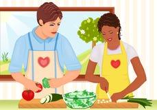 Pares jovenes de la raza mezclada que cocinan la ensalada fresca Fotografía de archivo libre de regalías
