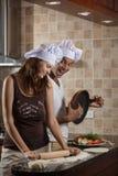 Pares jovenes de la raza mixta que cocinan la cena Fotografía de archivo