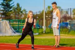 Pares jovenes de la salud que hacen estirando el ejercicio que se relaja Imagen de archivo
