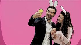 Pares jovenes de los amantes en fondo rosado Con los oídos hambrientos en la cabeza Durante esta foto de Pascua, hice sephi en mi