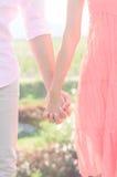 Pares jovenes de los amantes que llevan a cabo las manos Imagen de archivo libre de regalías