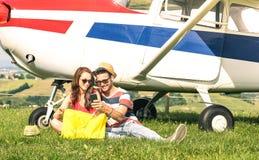 Pares jovenes de los amantes que tienen un resto durante la excursión del aeroplano de la carta - concepto de la pasión por los v imagenes de archivo