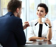 Pares jovenes de los profesionales que charlan durante un coffeebreak Imagen de archivo