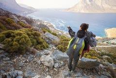 Pares jovenes de los turistas que miran abajo la costa Imagenes de archivo